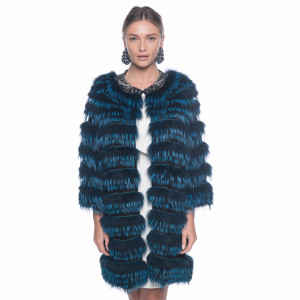 Haina blana naturala vulpe albastra, montata pe suport lana 100%, cu decoratiuni cristale la guler